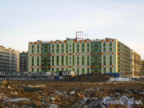 Пос. Кудрово, Центральная ул., дом 50. Квартал «Вена» жилого комплекса «Семь Столиц». Фасад со стороны безымянного протока. Фото 24 марта 2013 г.