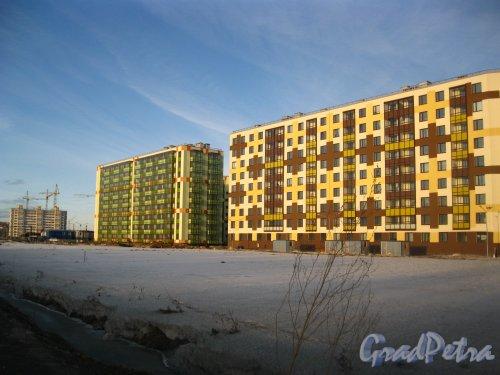 Пос. Кудрово, Центральная ул., дом 50 (слева) и дом 52 (справа). Квартал «Вена» жилого комплекса «Семь Столиц». Вид со стороны Центральной улицы. Фото 24 марта 2013 г.