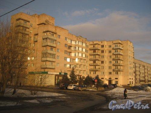 Город Гатчина. Ул. Рощинская, дом 11. Фрагмент здания со стороны пересечения пр. 25 Октября и Рощинской ул. Фото март 2013 г.