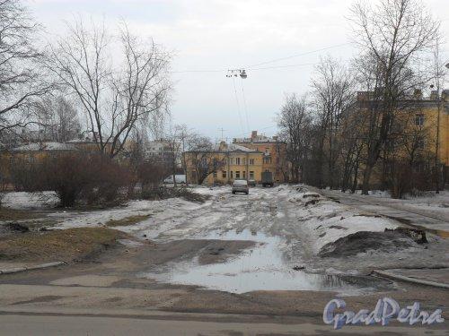 Улица Белоусова, дом 18 (в центре). Фотография дома с улицы Баррикадной.  Фото апрель 2013 г.