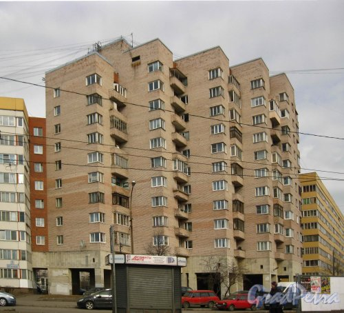Улица Зины Портновой, дом 27. Общий вид дома-вставки со стороны проспекта Ветеранов. Фото 16 апреля 2013 г.