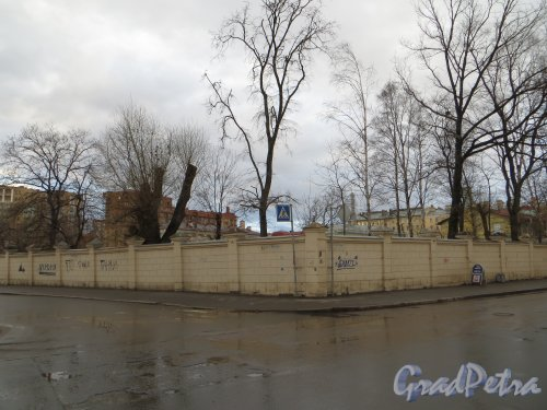 Малая Зеленина ул., дом 1 / Корпусная ул., дом 22. Общий вид участка со стороны корпусной улицы. Фото 30 апреля 2013 г.
