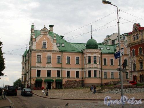 Г. Выборг, ул. Северный Вал, дом 3. Фасад здания со стороны площади Старой Ратушы. Фото 19 августа 2012 г.
