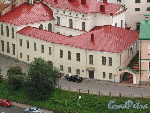 Г. Выборг, ул. Северный Вал, дом 5. Правая часть здания. Вид с башни Святого Олофа. Фото 19 августа 2012 г.