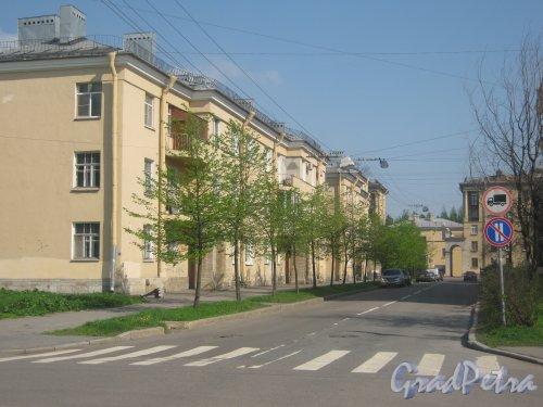 Ул. Белоусова, дом 5 (слева) и перспектива ул. Белоусова от Турбинной ул. в сторону пр. Стачек. Фото 18 мая 2013 г.
