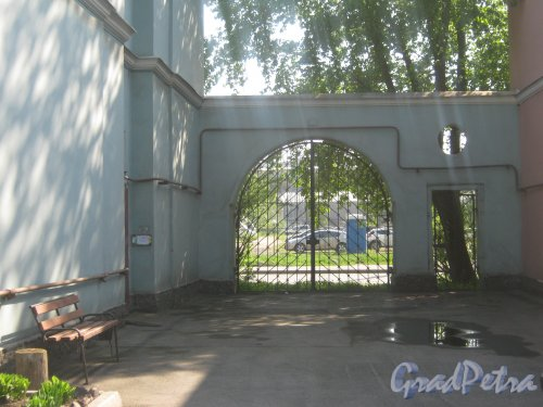 Новоовсянниковская ул., дом 7. Общий вид со стороны двора домов 41 и 43 по Турбинной ул. (Фото сделано из двора дома). Фото 18 мая 2013 г.