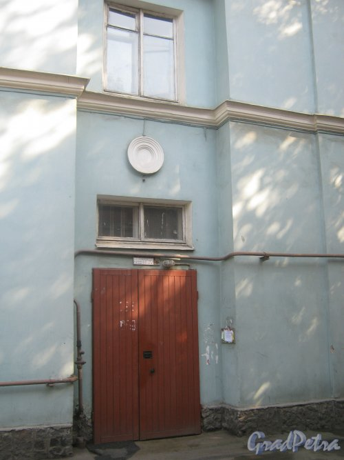 Новоовсянниковская ул., дом 7. Парадная со стороны дома 9. Фото 18 мая 2013 г.