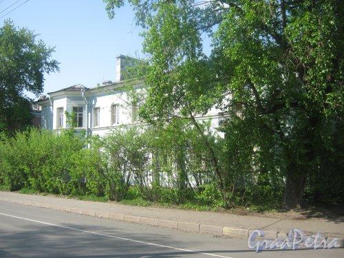 Новоовсянниковская ул., дом 7. Общий вид утопающего в зелени здания с Новоовсянниковской ул. Фото 18 мая 2013 г.