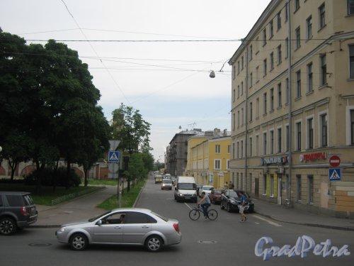 Прилукская ул., дом 19 (справа) и перспектива Прилукской ул. от Лиговского пр. в сторону Тамбовской ул. Фото 10 июня 2013 г.
