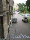 Кузнецовская ул., дом 13. Вид из окна парадной между 1 и 2 этажами во внутренний двор. Фото 7 июля 2013 г.