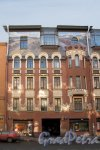 Бол. Зеленина ул., д. 28. Доходный дом герцога Н. Н. Лейхтенбергского. Фасад. Левая часть. Фото март 2012 г.