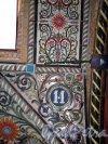 Колокольная ул., д. 11. Доходный дом Н. Н. Никонова. Оформление нижней части эркера и рисованный номерной знак. Фото июнь 2012 г.