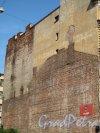 2-я Советская ул., д. 18 (левая часть), Доходный дом. Брандмауэр со следами разрушенной постройки. Фото июль 2012 г.