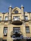 4-я Советская ул., д. 42. Доходный дом. Завершение центральной части. Фото апрель 2013 г.