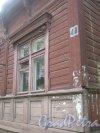 Лен. обл., Гатчинский р-н, г. Гатчина, ул. Чкалова, дом 48. Фрагмент фасада здания и табличка с номером дома. Фото август 2013 г.