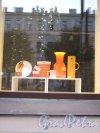"""Бол. Конюшенная ул., д. 2. Жилой корпус Придворно-конюшенного ведомства. Салон """"Design Gallery"""" Оформление витрины. Фото август 2013 г."""