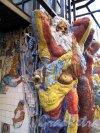 ул. Чайковского, д. 2/7. Двор. Малая Академия искусств худ. В.В. Лубенко. Кариатиды. Фото май 2011 г.
