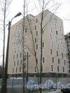 2-Комсомольская ул., участок 7. Одно из зданий строящегося ЖК «САНДЭЙ». Вид со стороны дома 40, корпус 1. Фрагмент. Фото 12 января 2014 г.