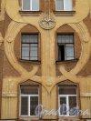 Ул. Володи Ермака, дом 2. Доходный дом Л. Р. Шредер. Фрагмент фасада. Фото июль 2011 г.