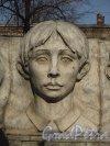 Пионерская улица, дом 41. Памятник детям петербургских рабочих, погибших в октябре 1917 года. Горельеф центрального мальчика. 22 марта 2014 года.