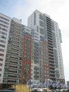 Парашютная ул., дом 25, корпус 1. ЖК «Комендантский квартал». Общий вид здания со стороны дома 27, корпус 1. Фото 25 апреля 2014 г.
