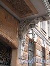 Шпалерная ул., д. 3. Доходный дом. Фрагмент скульптура под эркером. Фото март 2014 г.