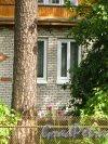 Ленинградская область, Гатчинский район, поселок Вырица, Самарская улица, дом 37. Трещина на фасаде жилого дома, обусловленная тектоническими разломами. Фото 18 августа 2014 года.