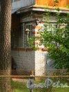 Ленинградская область, Гатчинский район, поселок Вырица, Самарская улица, дом 37. Трещины на фасаде жилого дома, обусловленные тектоническими разломами. Фото 18 августа 2014 года.