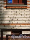 Ленинградская область, Гатчинский район, поселок Вырица, Самарская улица, дом 37. Начало роста трещины на фасаде жилого дома, обусловленной тектоническими разломами. Фото 18 августа 2014 года.