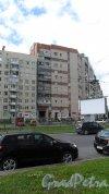 Улица Уточкина, дом 8. 11-этажный кирпичный дом-вставка 1988 года постройки. Фото 10 июля 2014 года.
