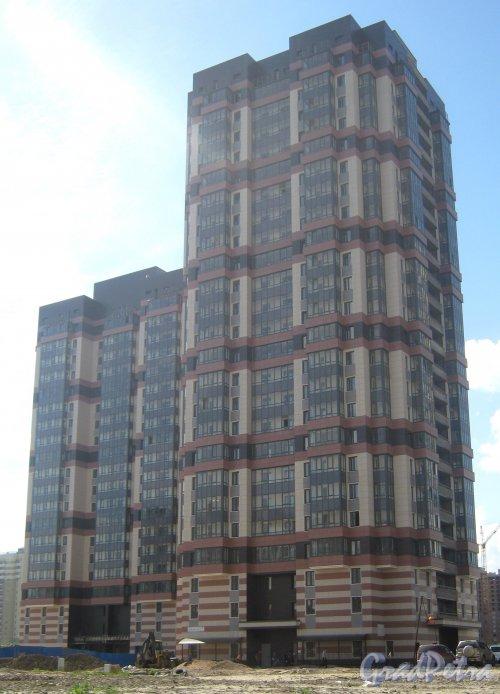 Ул. Доблести, дом 7, корпус 1 (справа). Фрагмент строящегося ЖК с ул. Доблести. Фото 30 мая 2013 г.