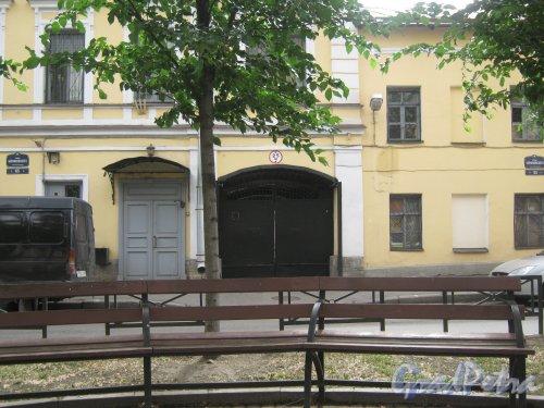 Ул. Черняховского, дом 63-65. Фрагменты фасадов и таблички  сномерами домов. Фото 12 июня 2013 г.