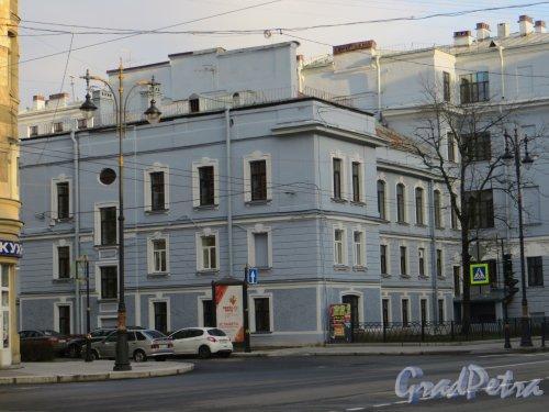 Кирочная ул., дом 54. Здание 163 школы Центрального района после реставрации фасадов, левая часть, со стороны Мариинского переулка. Фото 3 ноября 2013 г.