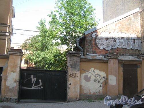 Ул. Радищева, дом 33. Ворота въезда во внутренний двор с Баскова пер. Фото 4 августа 2013 г.