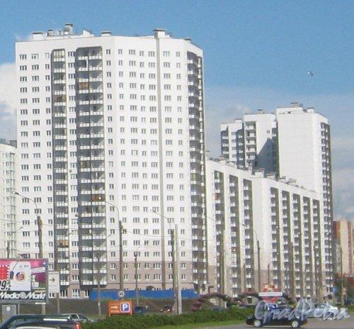 Ул. Коллонтай, дом 4, корпус 1 (слева) и 6 корпус 2 (справа на заднем плане). Вид с Дальневосточного пр. Фото 16 августа 2013 г.