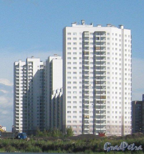 Ул. Коллонтай, ддом 4, корпус 1 (на переднем плане) и 6, корпус 2 (на заднем плане). Вид с Дальневосточного пр. Фото 16 августа 2013 г.