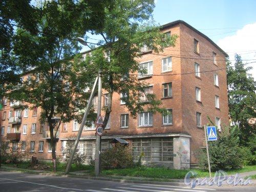 Лен. обл., Гатчинский р-н, г. Гатчина, ул. Чкалова, дом 17. корпус 2. Общий вид здания. Фото 22 августа 2013 г.