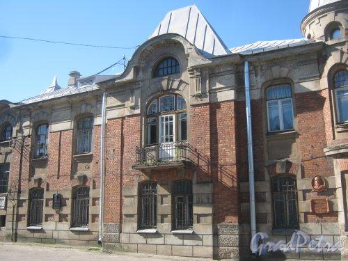 Лен. обл., Гатчинский р-н, г. Гатчина, ул. Михаила Рысева, дом 32. Вид на здание со стороны мемориальных досок. Фото 22 августа 2013 г.