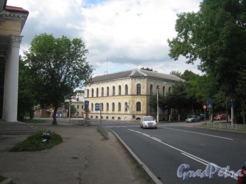 Лен. обл., Гатчинский р-н, г. Гатчина, ул. Чкалова, дом 77. Общий вид от дома 75. Фото 22 августа 2013 г.