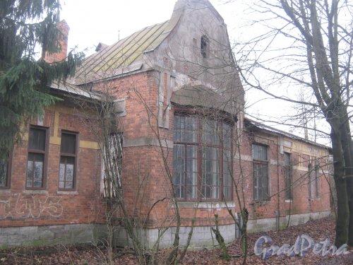 Лен. обл., Гатчинский р-н, г. Гатчина, ул. Григорина, дом 10. Фрагмент здания со стороны фасада. Фото 24 ноября 2013 г.