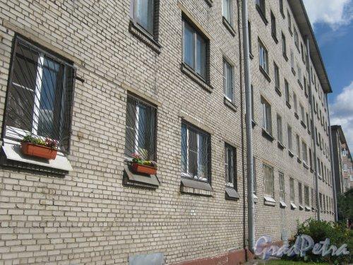 Стрельбищенская ул., дом 30. Фрагмент фасада. Вид с Козловского пер. Фото август 2013 г.
