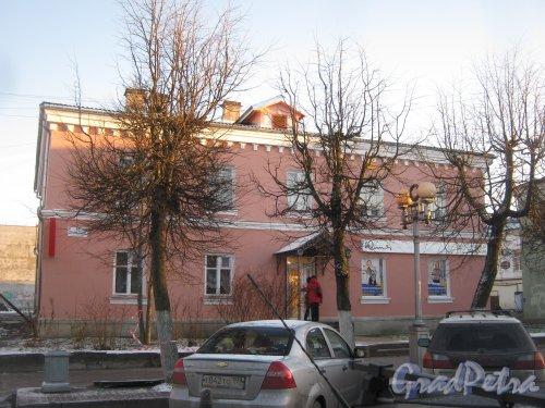Лен. обл., Гатчинский р-н, г. Гатчина, ул. Красная, дом 11. Вид с чётной стороны улицы. Фото 29 ноября 2013 г.