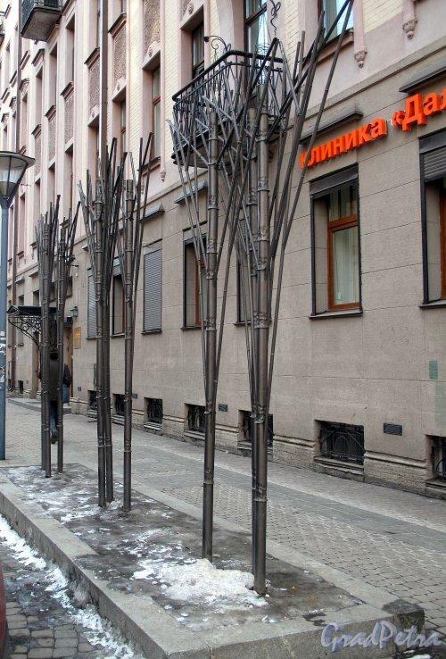Бол. Московская ул., Декоративное оформление пешеходной зоны. Фото март 2012 г.