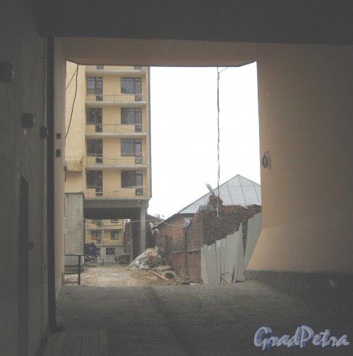 Ул. Черняховского, дом 25. Вид в арку строящегося дома. Фото 14 июня 2013 г.