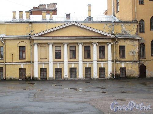 Гагаринская ул., д. 21. Здание Губернской гимназии. Вид со двора. Фото апрель 2012 г.