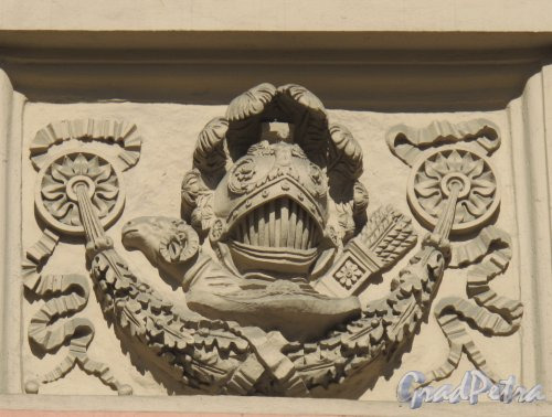 Садовая ул., д. 2. Михайловский замок. Фрагмент скульптурного оформления фасада. Фото апрель 2012 г.