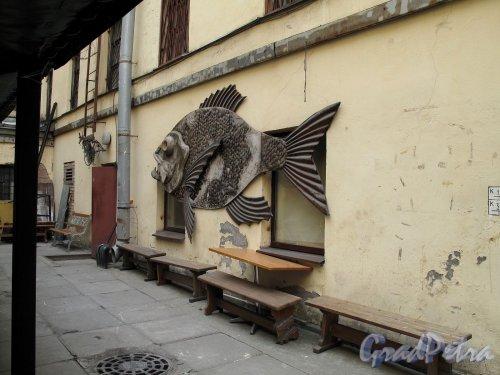 Пушкинская ул., д. 10. Оформление дворового фасада. Фото май 2012 г.