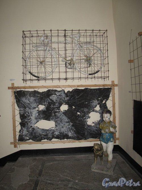 Пушкинская ул., д. 10. Экспонат лестничной выставки. Фото май 2012 г.