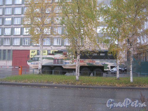 Ул. Маршала Говорова, дом 35, корпус 4. БТР перед зданием. Фото 15 октября 2013 г.