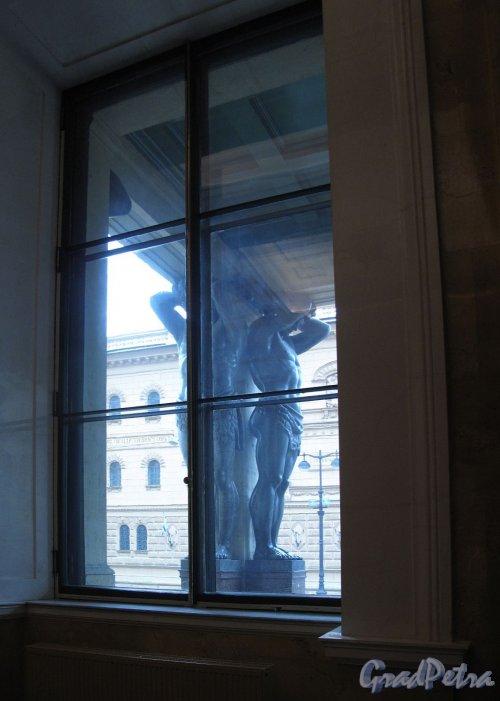 Миллионная ул., д. 35. Здание Нового Эрмитажа. Вид из окна на портик Атлантов. Фото апрель 2012 г.
